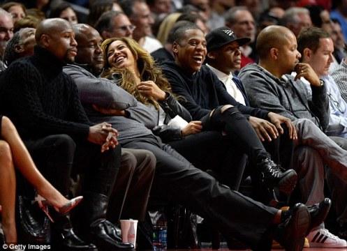 NBA試合会場にて。メイの3つ隣に座っているのは最近ボクシングプロモーター業を始めたばかりのJay-Z。これは一体?